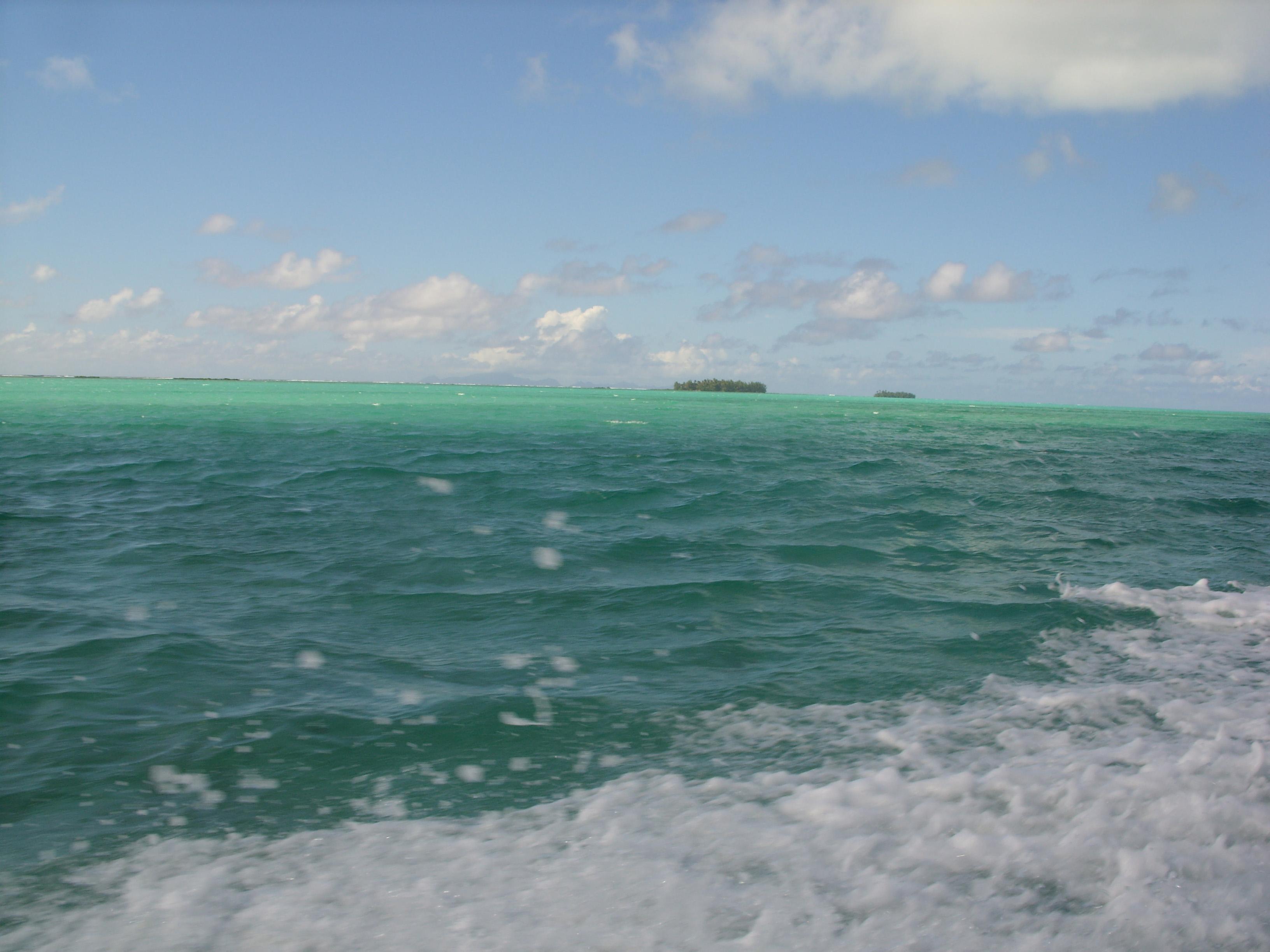 La barrière de corail et le motu à Tahaa
